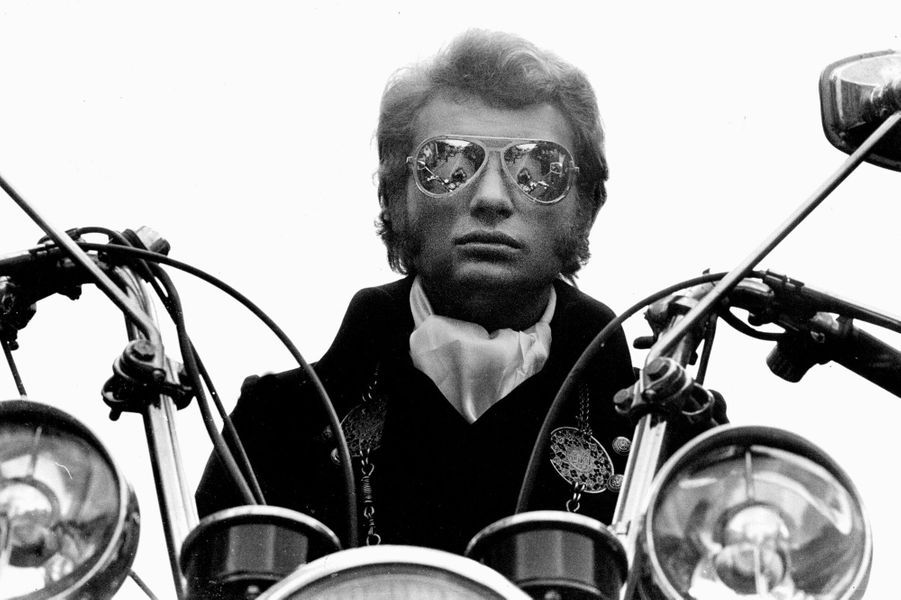 Le rôle de loubard qu 'il tient en 1967 dans A tout casser, une comédie policière de John Berry, permet à Johnny de concilier deux de ses passions : le cinéma et la moto. Mais le tournage ne se passe pas très bien, et il en gardera un souvenir mitigé. Il se ra ttrapera quand Lelouch, Godard, Costa-Gavras ou Patrice Leconte le dirigeront à leur tour.