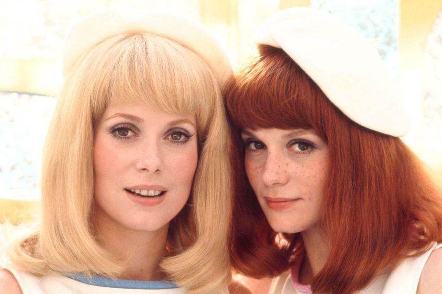 Juin 1966 : voici venir Les Demoiselles de Rochefort, inoubliables héroïnes du film « en chanté » de  Jacques Demy. A défaut d'être d'authentiques sœurs jumelles nées sous le signe des Gémeaux, comme à l'écran, Catherine Deneuve (Balance) et Françoise Dorléac (Bélier) pourraient difficilement cacher leur air de famille, même sous des perruques.