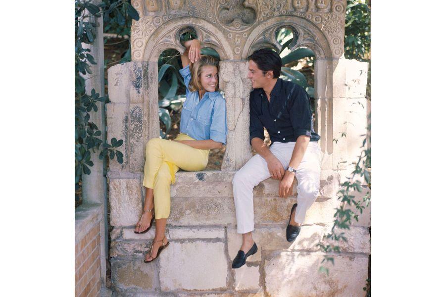 Assis sur de faux vestiges byzantins, Jane Fonda et Alain Delon se familiarisent avec la villa Torre Clementina, à Roquebrune-Cap-Martin. Elle servira de décor au thriller dont ils commenceront le  tournage dans quelques jours, le 2 octobre 1963  :  Les Félins, de René  Clément, premier film français de Jane, avant sa rencontre avec Roger Vadim.