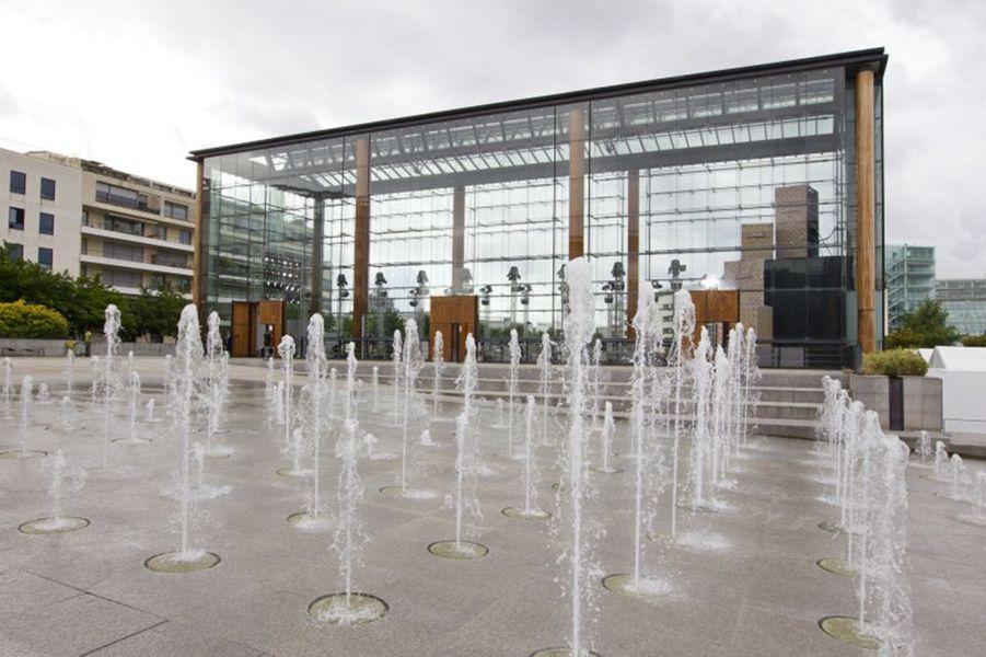 Décor du défilé Collection Homme PE 2012 : vue extérieure de la grande serre du Parc André Citroën, aménagée avec une structure de malles.