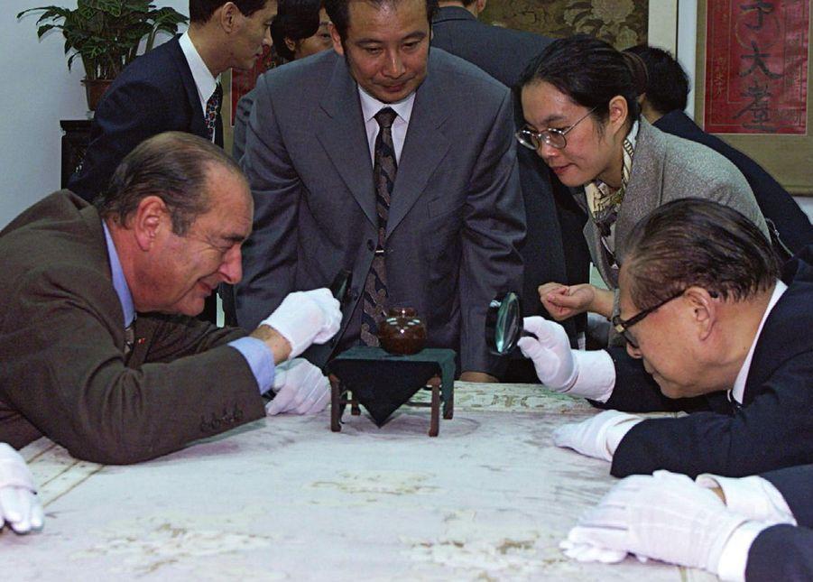 Jacques Chirac au musée de Yangzhou avec le président chinois Jiang Zemin, au cours d'un voyage officiel en 2000.