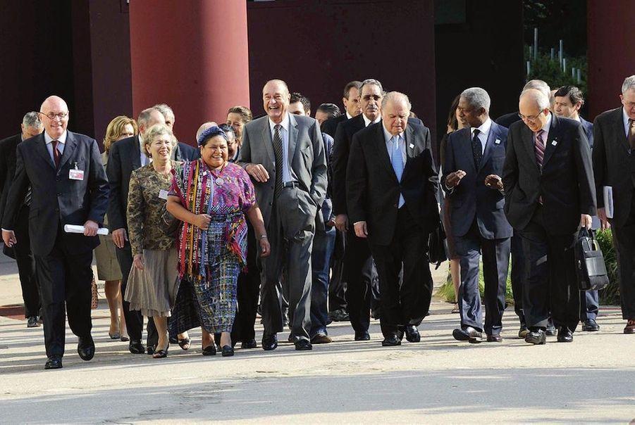 Jacques Chirac avec Rigoberta Menchu (à sa dr.), Prix Nobel de la paix, lors de l'inauguration de sa fondation au musée du Quai-Branly, en juin...