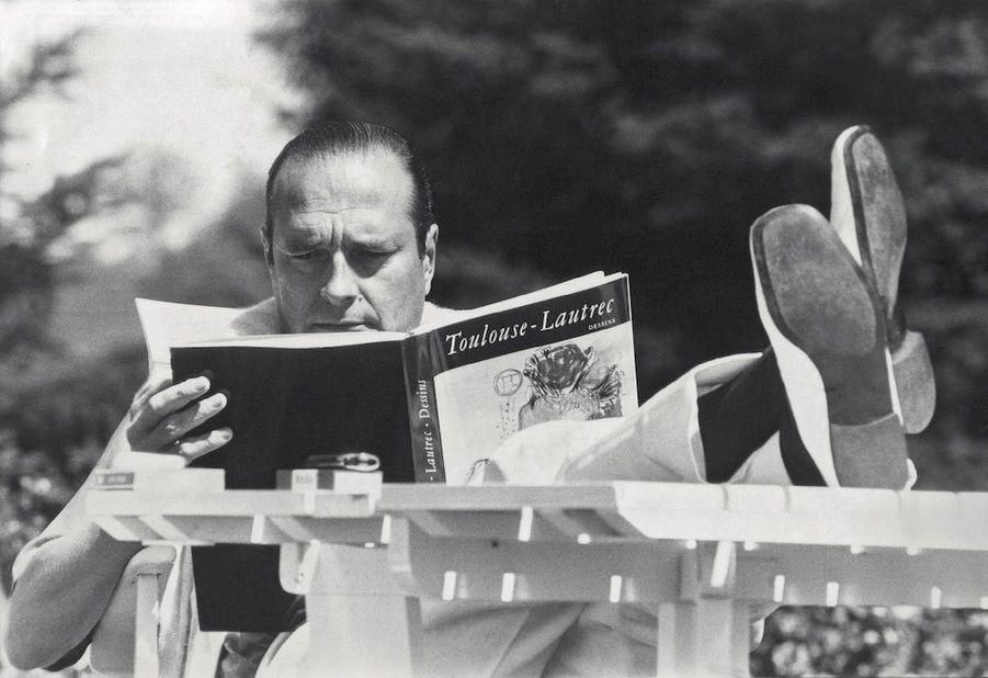 Jacques Chirac en vacances dans son château de Bity, à Sarran, en 1977.