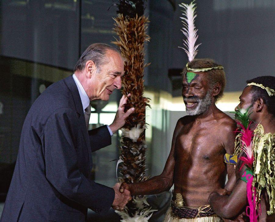 Avec le chef Laukalbi, de l'île de Tanna, au Vanuatu, et son neveu, lors de l'inauguration du musée du Quai-Branly en 2006.