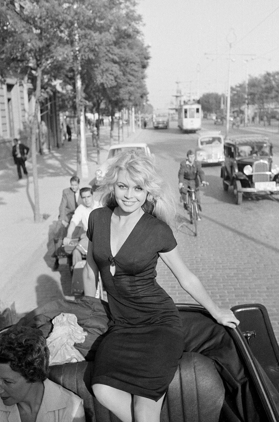 """Brigitte Bardot sur le tournage du film """"La femme et le pantin"""" à Séville"""