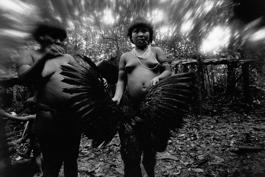 Candinha et Mariazinha Korihanathëri lavent un hocco dont les plumes seront utilisées pour empenner des flèches, Catrimani, Roraima, 1974