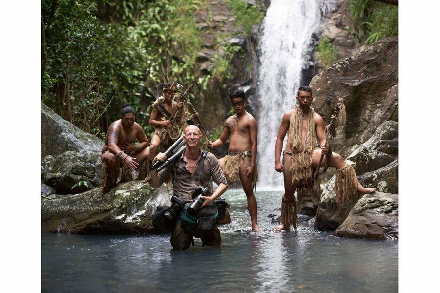 Jimmy Nelson avec des Marquisiens sur l'île de Ua Pou, en 2016.