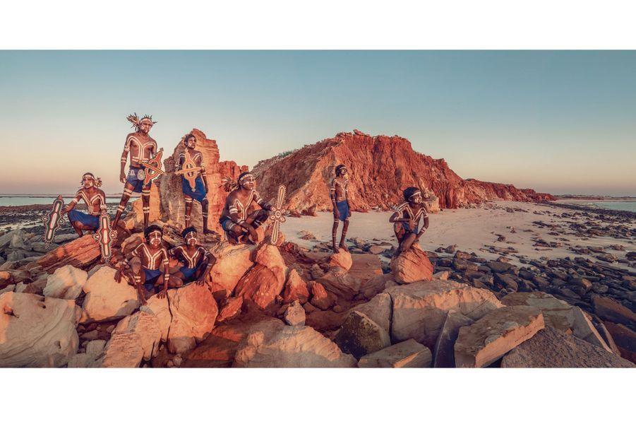 Peuple Bardi, Australie. « J'ai mis quinze ans à obtenir l'autorisation du gouvernement pour photographier ces Aborigènes », dit l'explorateur. Dans leurs mains, des représentations en bois du Serpent arc-en-ciel, un être mythologique vénéré depuis dix mille ans.