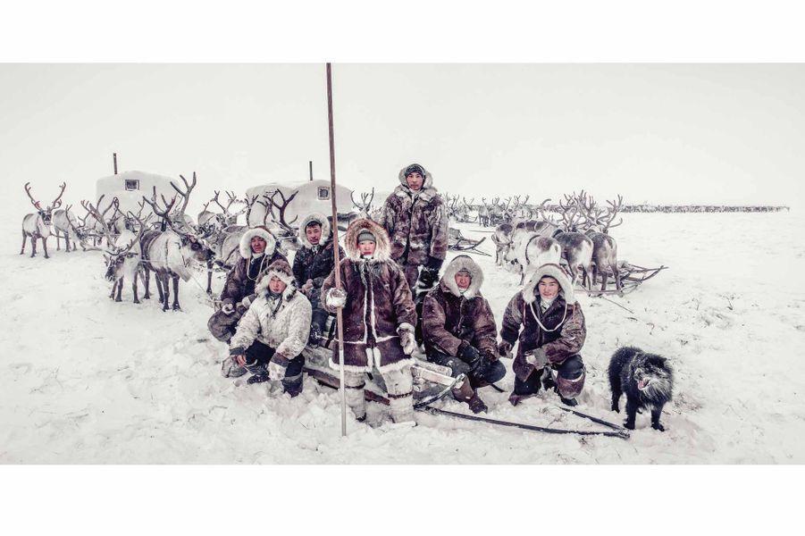 Peuple Dolgan, Sibérie. Les vêtements de ces nomades éleveurs de rennes, en pleine toundra polaire, sont en peau de loup et de renne. La température peut chuter à - 60e C. Pour protéger les batteries de ses appareils photo, Jimmy Nelson était obligé de les garder contre sa peau.