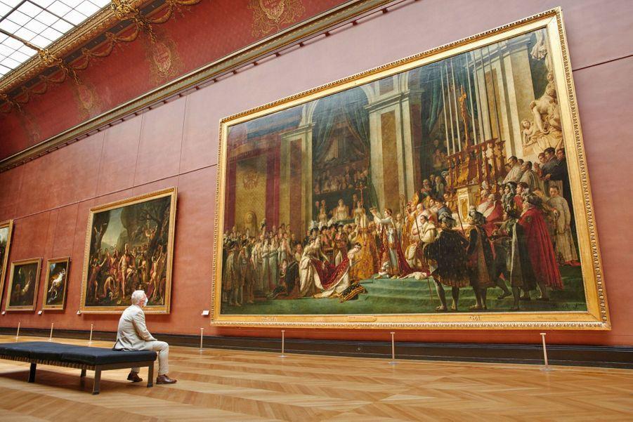 Devant « Le sacre de Napoléon » de David (huile sur toile, 1806-1807, 621 x 979 cm) que le Louvre héberge depuis 1808. Le musée rouvrira ses portes le 6 juillet.