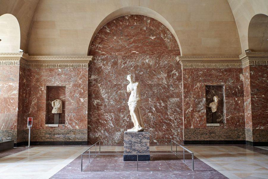 Dans l'écrin d'un silence splendide, la « Vénus de Milo » (vers 100 av. J.-C.). Adieu les adorateurs et leurs portables.