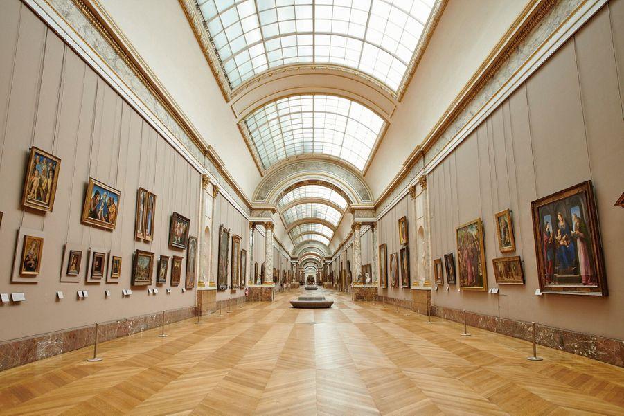 Grande Galerie et l'école de peinture italienne. L'une des salles d'habitude les plus fréquentées.