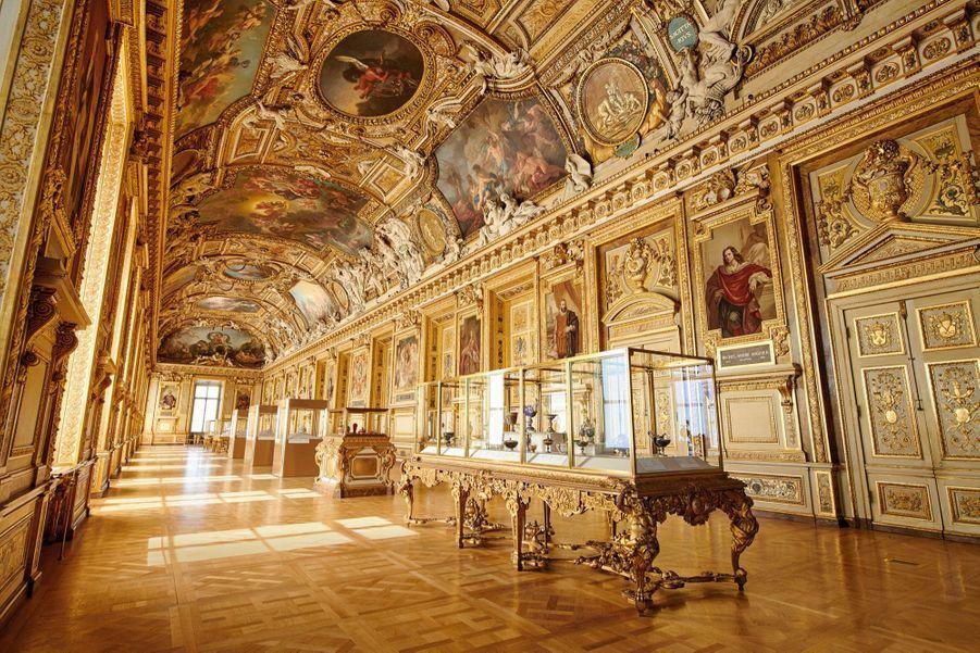 Pensée par le peintre et décorateur Charles Le Brun, la galerie d'Apollon abrite, dans ses vitrines, les diamants de la Couronne et la collection de pierres dures de Louis XIV