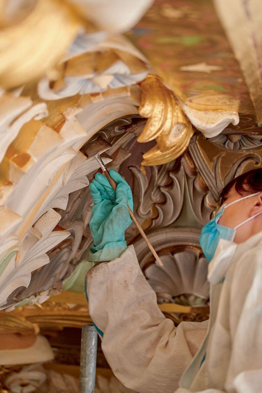 Nettoyage au pinceau et à l'eau de la salle des Sept-Cheminées.