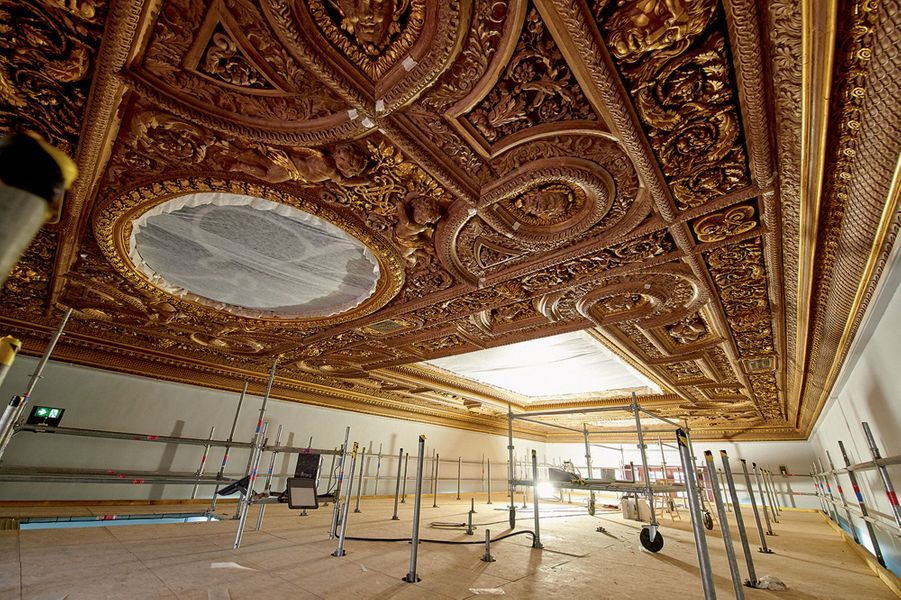 Le plafond de la salle HenriII : une peinture de Georges Braque, en cours de rénovation