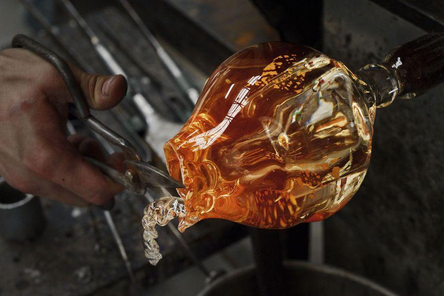 Le verre en fusion dans l'atelier de Matteo Gonet, à Münchenstein, près de Bâle.