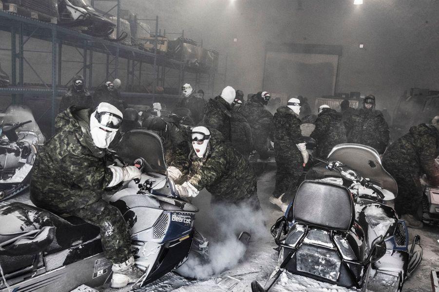 """Chaque année depuis 2007, l'opération militaire NUNALIVUT se consacre à patrouiller dans l'extrême Arctique et à améliorer les techniques de survie hivernale. Objectif of ciel : """"Af rmer les droits légitimes du Canada sur ses possessions les plus septentrionales. » Faire démarrer des motoneiges par ces températures dantesques est un gros effort : les pompes à carburant gèlent."""