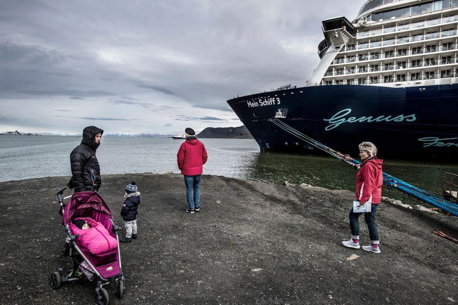 De grands bateaux de croisière viennent régulièrement à Spitsbergen de nos jours : la fonte de la banquise facilite la navigation.