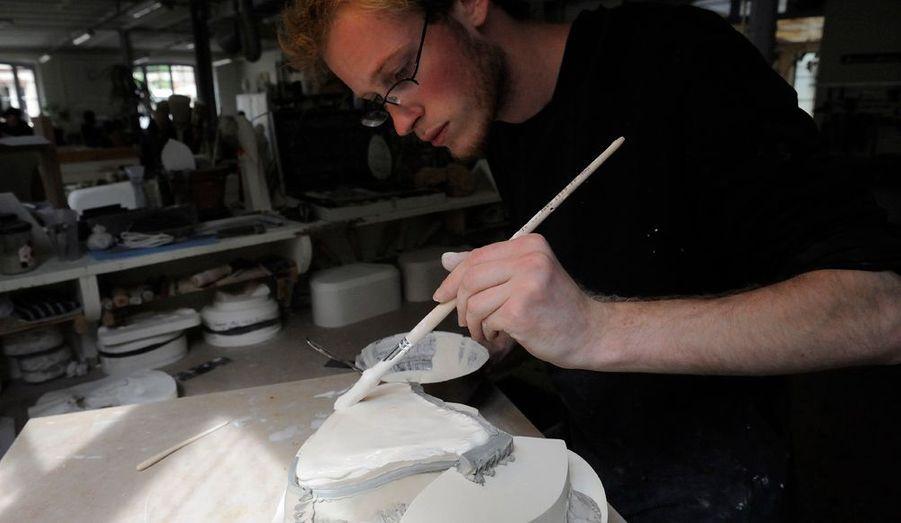 L'atelier des moules, où le plâtre, très fin, ne doit comporter ni bulles ni grumeaux.