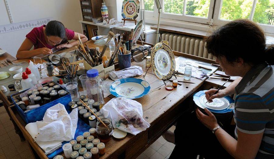 L'atelier de peinture où officient Nadine Preteux et Caroline Grange, travaillant sur des décors Duplessis