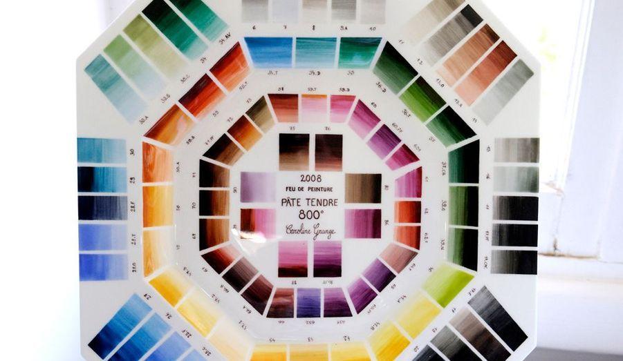 Chaque décoratrice réalise une palette avec son nuancier associé aux températures de cuisson. Le bleu de Sèvres est mondialement connu.