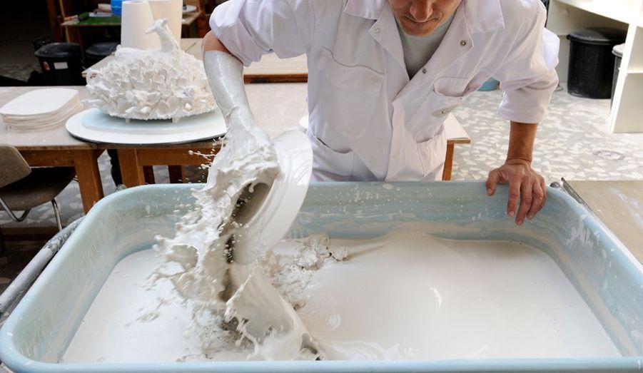 Dans l'atelier d'émaillage, l'artisanat est un sport de haut niveau: tout est dans le geste. Cela implique la répétition à l'infini du mouvement parfait, celui qui évite toute coulure sur les pièces. Michel Roué, poseur d'émail depuis 1979, nous démontre que le savoir-faire, issu d'une expérience transmise depuis 1740, peut être une chorégraphie étourdissante.