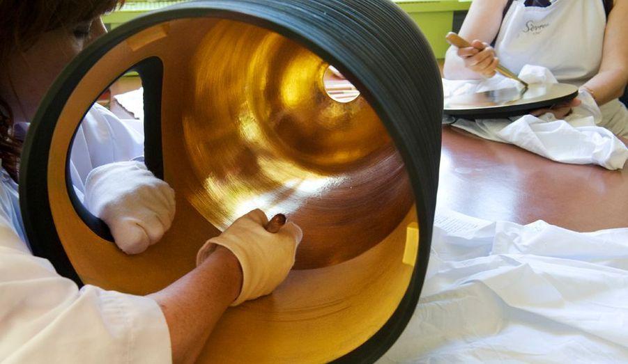 A l'atelier de brunissage, un vase de Pierre Soulages est doré à l'or fin 24 carats.