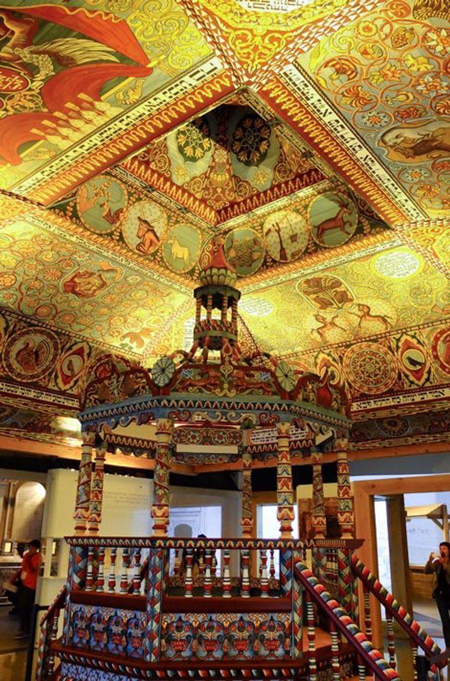 Une splendide reconstruction d'un fragment de décor du plafond de la synagogue de bois de Gwozdziec.