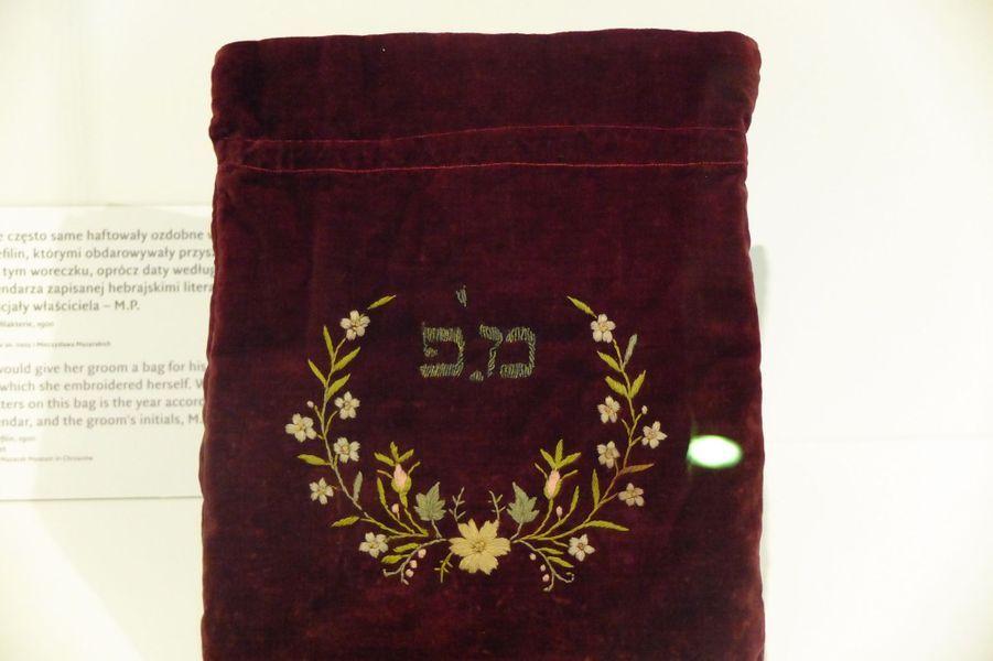 Un cadeau traditionnel de la femme à son époux dans le mariage traditionnel juif: une bourse de velours aux initiales du mari.