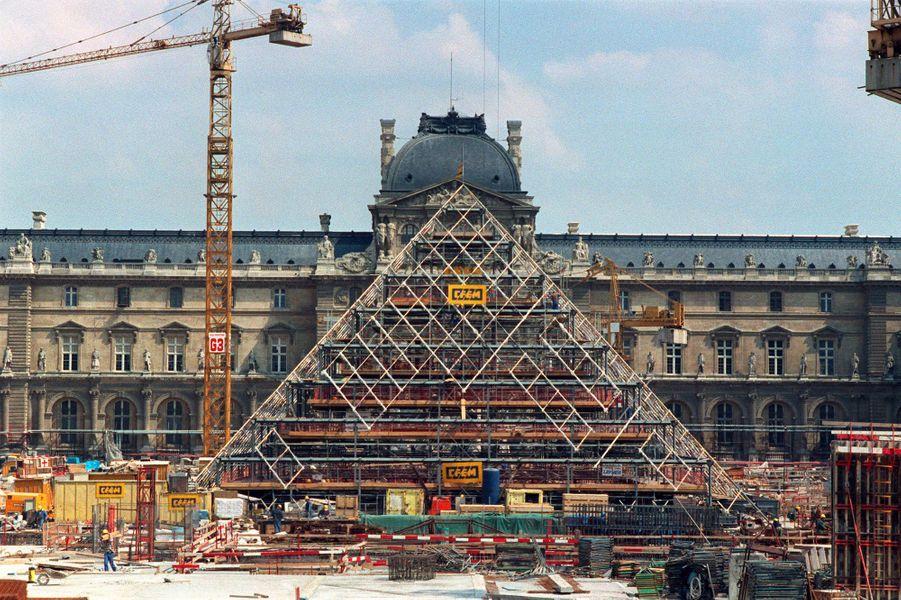 Chantier de la pyramide du Louvre à Paris, en août 1987.