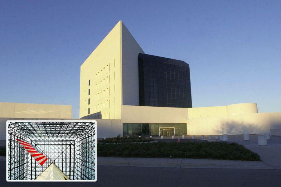 La librairie présidentielle John F. Kennedy de Boston a été inaugurée en 1979. En médaillon, l'intérieur du bâtiment.