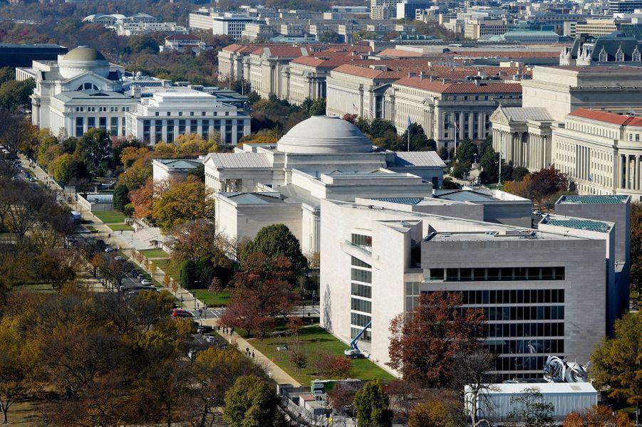Au premier plan sur la photo, le bâtiment est de la National Gallery of Art, à Washington, a été achevé en 1978.