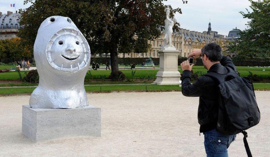 Un homme prend la photo de la statue qui représente le mois de Mai, réalisée par le sculpteur Ugo Rondinone. Douze statues ont ainsi été disposés dans le jardin des Tuileries.