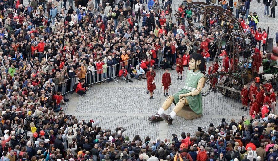 La petite géante est en balade à Berlin. La gigantesque marionnette de la troupe d'art de rue Royal de luxe est actuellement en représentation pour quatre jours dans les rues de la capitale allemande.