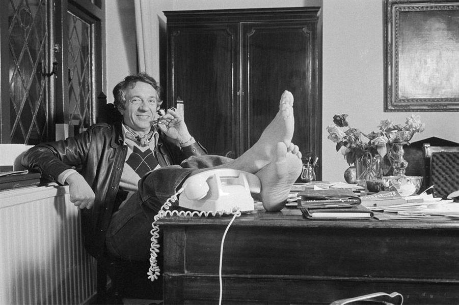 Jean-Pierre Cassel à son bureau