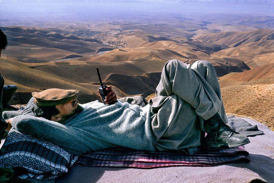 """« Le commandantMassoudavait passé la journée à reprendre la ville.Elle avait été prise par les talibans qui venaient de rompre un cessez le feu et le commandant se reposait en attendant un hélicoptère qui viendrait le chercher.Alors que des paysans ont amené à manger, il y avait du melon vert et au milieu de la discussion à propos de la bataille, le commandant nous a dit : """"Attention le melon vert ça peut vous faire mal au ventre ».Une délicate et étonnante attention dans cette situation"""".»"""