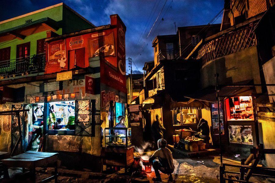 « Dans ce quartier populaire, le mélange de la lumière artificielle avec ses différentes sources lumineuses était incroyable.Ce sont des moments magiques pour un photographe.»