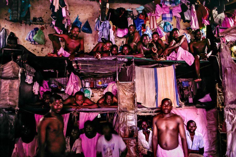 """« Cette photo a été prise au Rwanda en 1995.8 000 assassins présumés s'entassent dans la prison deKigali.Ces paysans, instituteurs, prêtres, médecins sont accusés d'avoir participé au génocide.Après avoir obtenu l'autorisation des instances judiciaires du pays, le directeur nous a laissé entrer dans la prison.Comme à l'origine, il n'était pas d'accord, il a ouvert la porte, nous sommes entrés, il a immédiatement fermé derrière lui et nous a dit : """"je reviens dans trois heures"""".Nous nous sommes retrouvés seuls avec les 8 000 prisonniers.»"""