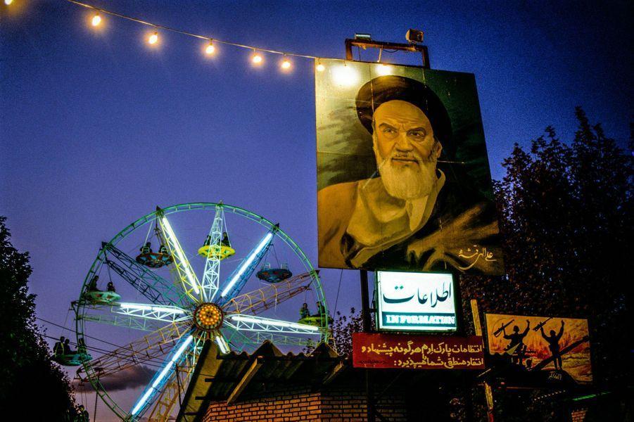« Le parc d'attractionsEran, à Téhéran, où lors des jours fériés les gens viennent se distraire sous le regard de l'Ayatollah Khomeyni.Dans cette terrible période de guerre Iran–Irak, où toutes les familles étaient concernées ou touchées par ce conflit, trouver ce parc d'attractions était surréaliste.»