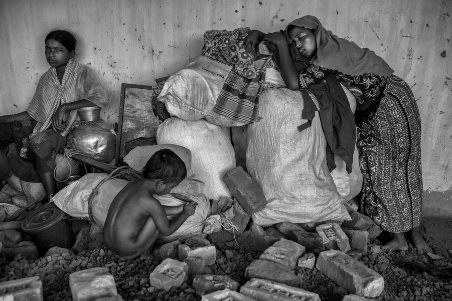 Cox's Bazar, Bangladesh, 25 septembre 2017. Une famille rohingya épuisée après avoir traversé le fleuve Naf pour fuir la violence en Birmanie.