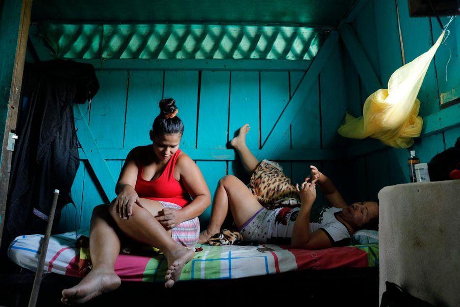 Dayana (33 ans) est rentrée dans la guérilla à 15 ans, laissant derrière elle un bébé de 4 mois. Aujourd'hui elle l'a retrouvé, ainsi que sa famille, après 19 ans sans aucune nouvelle. Elle a décidé de quitter le campement pour s'installer avec son compagnon Jairo dans la maison de son père, décédé, pour tenter de refaire sa vie et cultiver la terre.