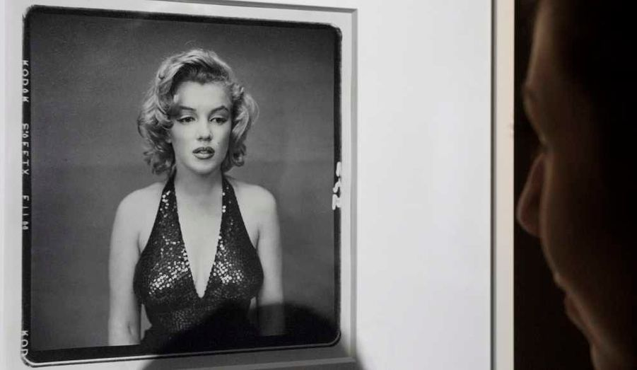 """Marilyn Monroe, en robe à paillettes, le regard absent, """"comme une enfant qui n'a plus rien"""", disait-il. (1957).Ce portait est l'un des plus célèbres du photographe américain. Il est estimé entre 80 000 et 120 000 euros"""