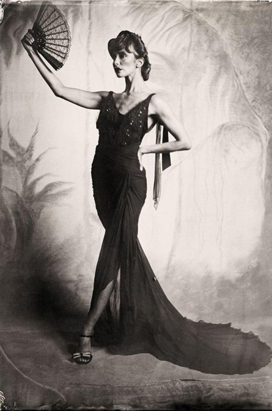 «Portrait art-déco de la danseuse de ballet Ana Maria Lucaciu. Robe par Pamela Gonzalez, coiffure et maquillage par Koko Bode. Toile de fond par Charles Broderson, dessiné par Cynthia Altoriso. 2014»