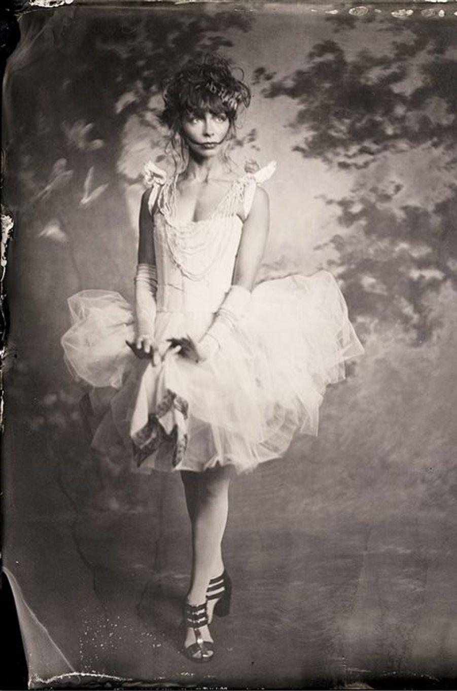 «Portrait de la danseuse de ballet Ana Maria Lucaciu. Robe par Allison Parris, coiffure et maquillage par Koko Bode, toile de fond par Charles Broderson, dessinée par Cynthia Altoriso. 2014»