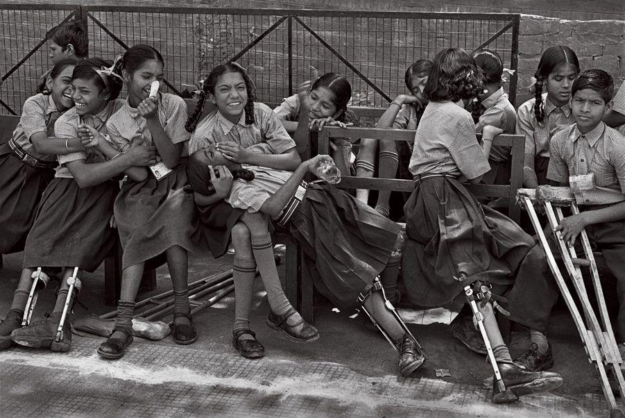 Article 26:Toute personne a droit à l'éducation. L'éducation doit être gratuite, au moins en ce qui concerne l'enseignement élémentaire et fondamental.Inde, 2001. À New Delhi, au centre Amar Jyoti qui lutte contre la polio, des jeunes filles, souriantes malgré leur handicap.