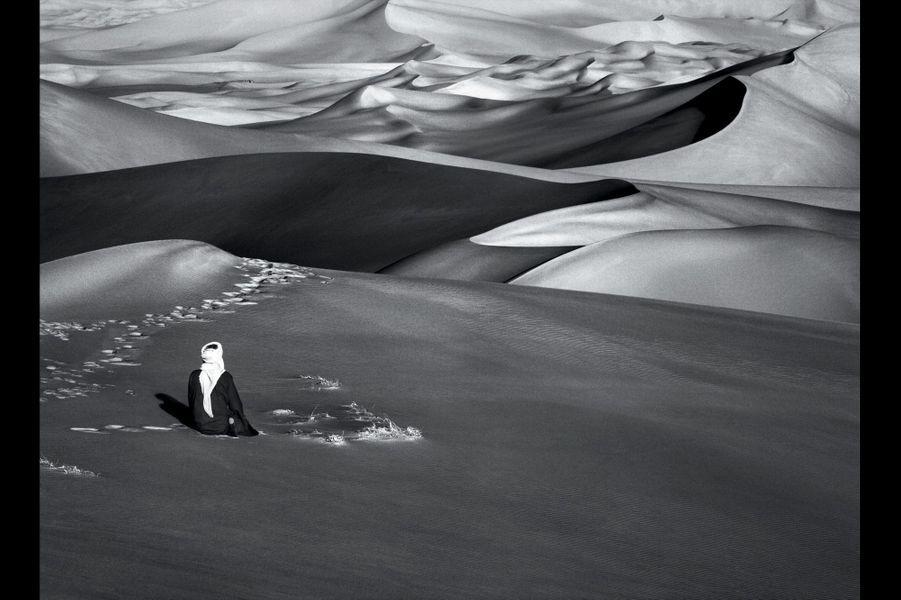 Article 18:Toute personne a droit à la liberté de pensée, de conscience et de religion.Algérie 2009. Moment de prière dans les grandes dunes de sable à Maar, Tadrart sud de Djanet.