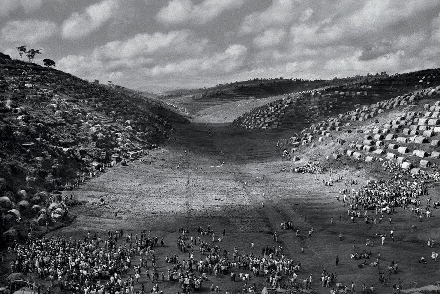 Article 14:Devant la persécution, toute personne a le droit dechercher asile et de bénéficier de l'asile en d'autres pays.Rwanda, 1995. le camp de Kibeho, destiné aux rapatriés du Zaïre et du Burundi.