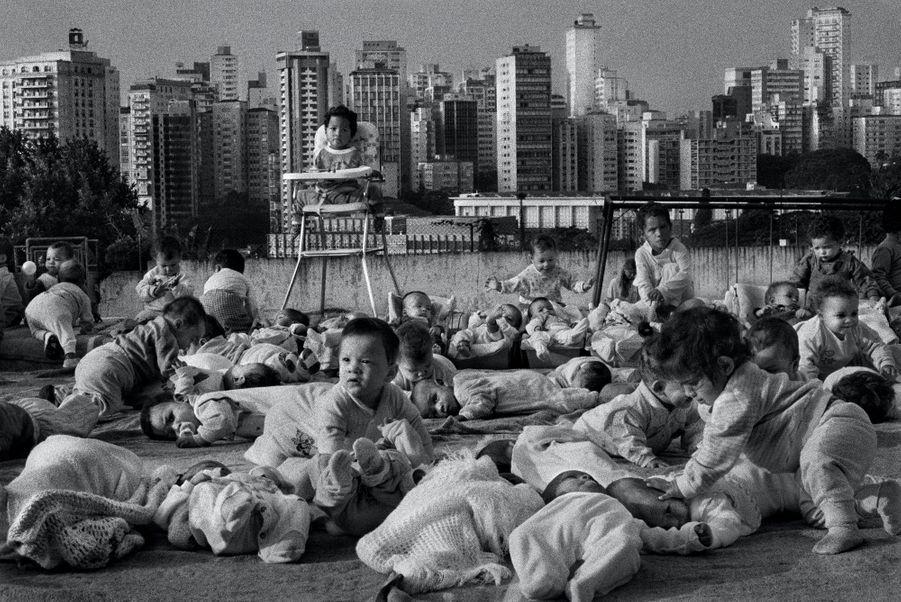 Article 3:Tout individu a droit à la vie, à la liberté et à la sûreté de sa personne.Brésil, 1996. Le centre de la Febem, à Sao Paulo, qui héberge quelque430 gamins des rues ou abandonnés par leurs parents.