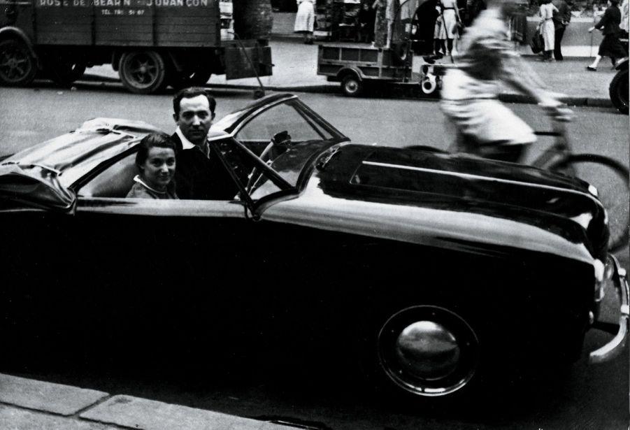 A bord d'une Panhard, à Paris, en 1953.