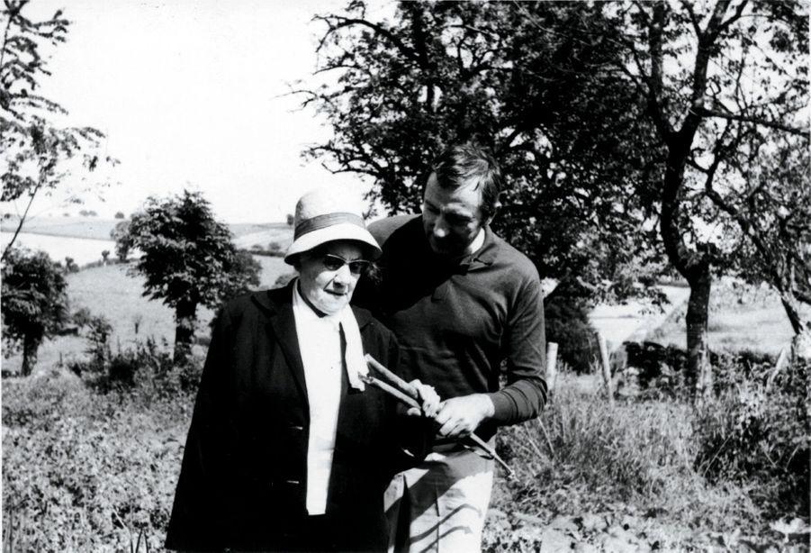 L'artiste avec sa mère, en1970.